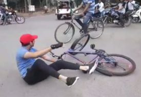 पटना के सड़क पे साइकिल से गिरले तेजप्रताप।