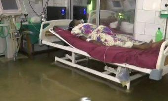 पटना में बारिश के प्रकोप जारी, अस्पताल के अंदर घुसल पानी।