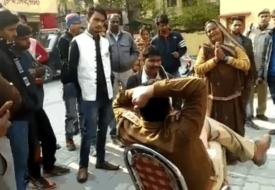 पुलिस के सामने गिड़गिड़ाती महिला का वीडियो वायरल, अफसर बर्खास्त।
